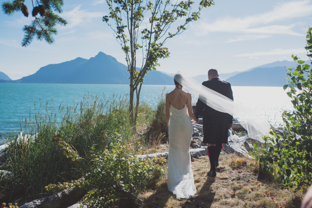 Wedding couple walking to the Ocean at Furry Creek Golf wedding